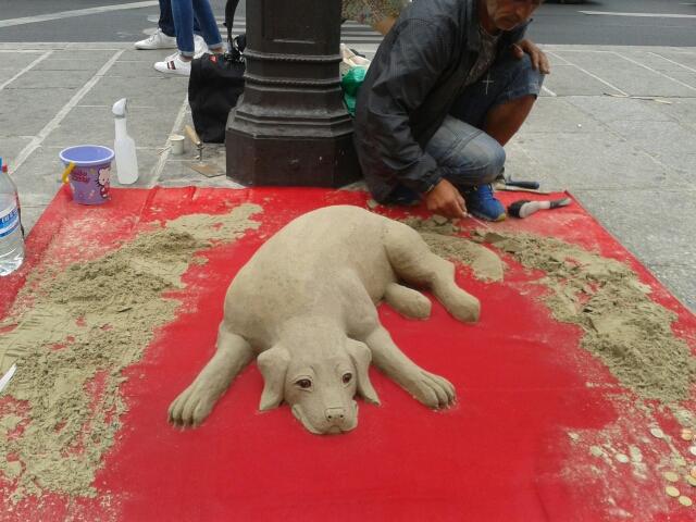 Oeuvre éphémères : chien en sable